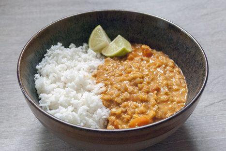 Rode linzen curry in een kom