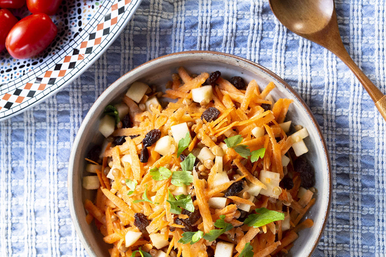 Linzensalade met wortels gezonde lunch